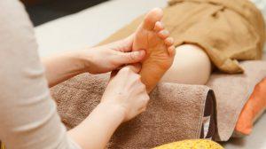 田園都市線用賀にある、足裏とタイ古式マッサージの施術。足裏(足ツボ)は、オイルを使い反射区を押し流す事により、血行が良くなり、体質改善にも繋がります。